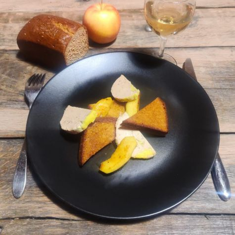 Foie gras mi-cuit, pain d'épices toasté et pomme caramélisée.