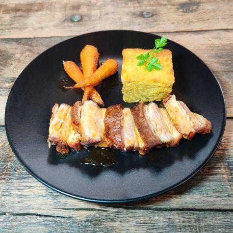 À table à Limoux et la Haute Vallée avec Poitrine de cochon rôtie, gâteau de pommes de terre et carottes rôties